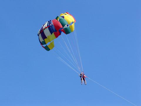 парашут теглен от лодка на плажа
